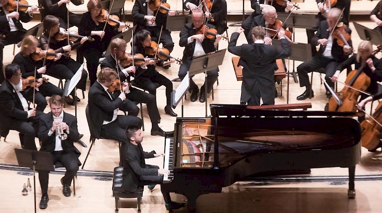 "Pianist Conrad Tao ""steals the show"" with his performance of Carter's Caténaires"